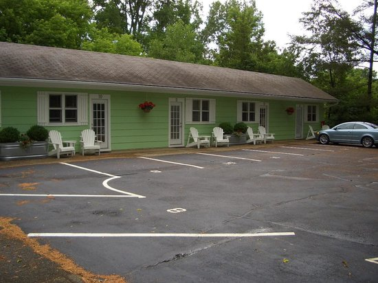 The Pines Motor Lodge : view of the rooms
