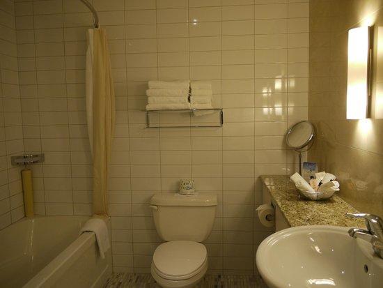 Le Square Phillips Hotel & Suites: Salle de bain