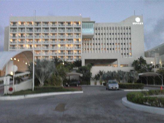 Sunset Royal Beach Resort: frente do resort