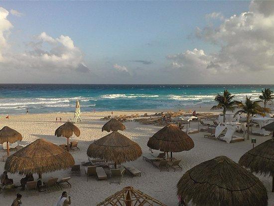 Sunset Royal Beach Resort: praia privativa