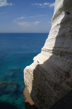 Rosh ha-Niqra : Contrast of white rock on the Mediterranean