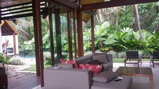Niramaya Villas and Spa: dining area and sitting room