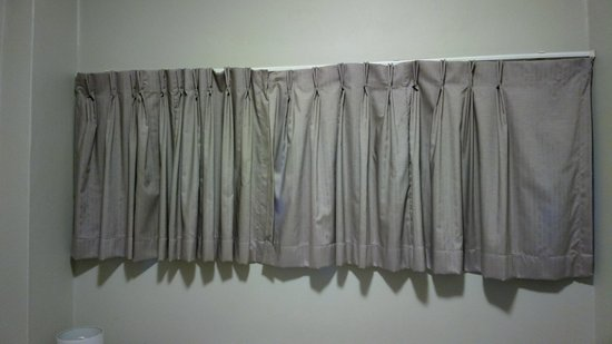 Pensione Hotel Sydney - by 8Hotels: Tatty useless curtains
