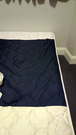 Pensione Hotel Sydney - by 8Hotels: Old mattress with rubber sewn over top