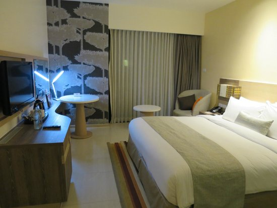 Holiday Inn Express Phuket Patong Beach Central: Bedroom with queen bed
