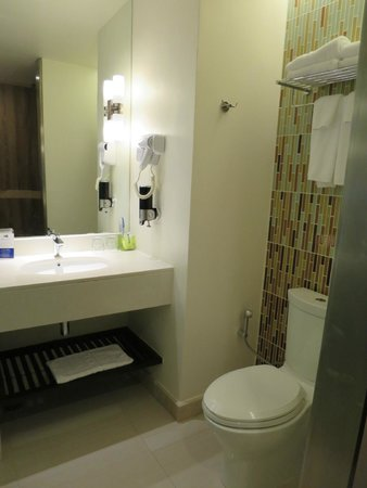 Holiday Inn Express Phuket Patong Beach Central: Bathroom