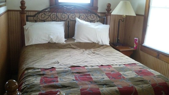 The Eagle Cliff Inn Bed & Breakfast: queen bed- very comfy!