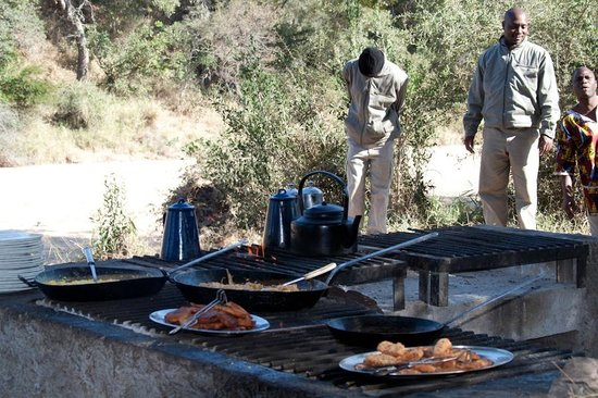 Tanda Tula Safari Camp : Breakfast area in bush