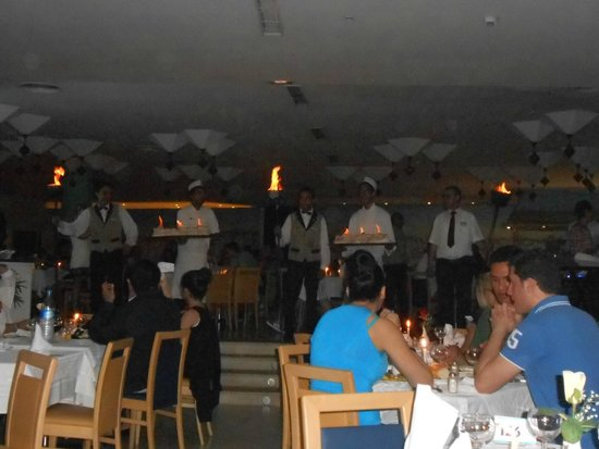 SENTIDO Phenicia: Saturday night baked alaska tour :)
