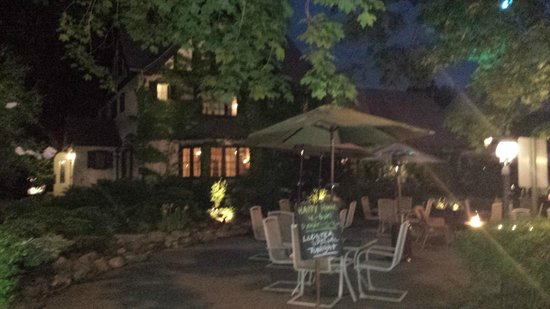 Ivy Manor Inn: Outdoor seating and a fire pit at night!