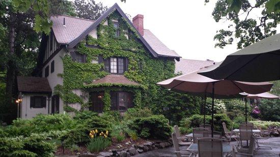 Ivy Manor Inn: Lovely Tudor cottage look