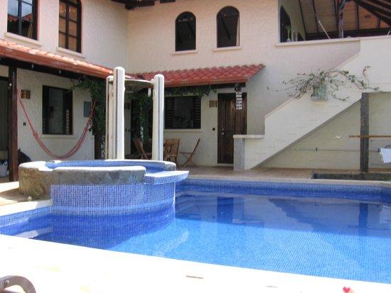 Casa MarBella: Pool/Hotel