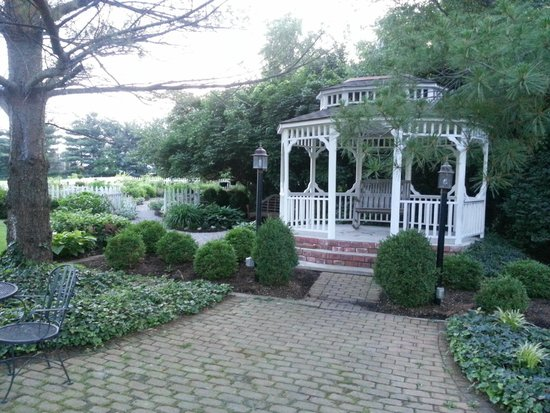 Kirkwood Inn: gazebo and gardens