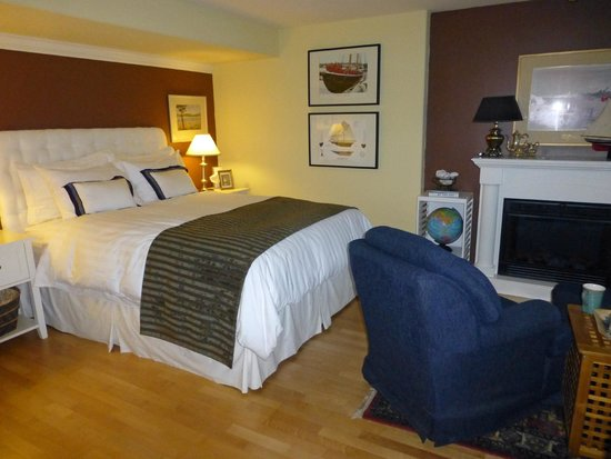 At The Shore B&B: Luxurous and comfortable bedding.