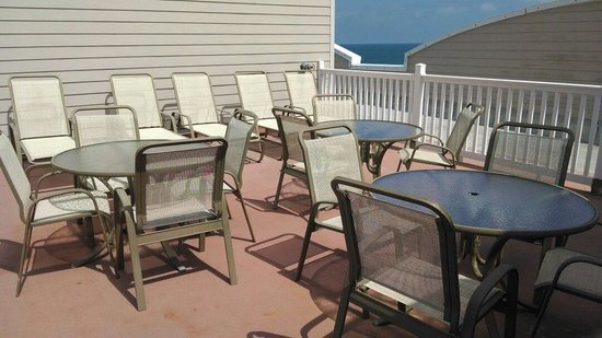 The Seaside Amelia Inn: Tables on roof deck