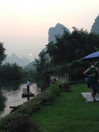 Yangshuo Mountain Retreat : evening on the river