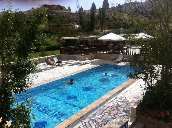 Flintstones Cave Hotel and Pension : Pool area, with nice views of the surrounding caves