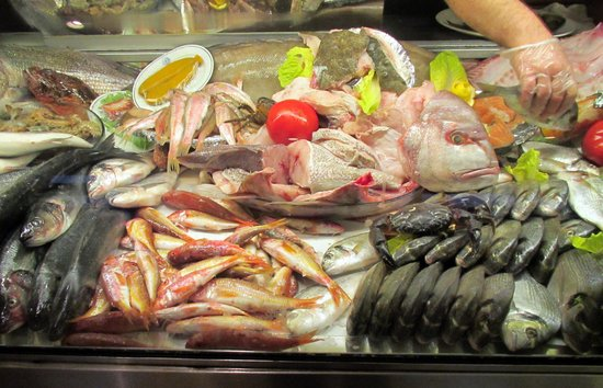 Deniz Restaurant: Variety of Fish available for the customers to choose from