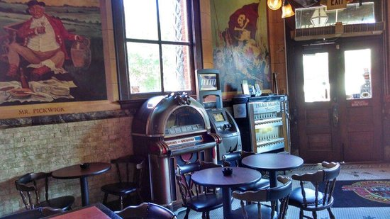 Palace Saloon: Mixed between the old juke box and cigarette machine...an atm