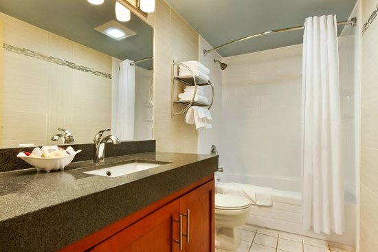 Poco Inn & Suites Hotel: East Wing Kitchen Suite Bathroom