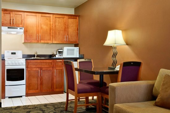 Poco Inn & Suites Hotel: East Wing Kitchen
