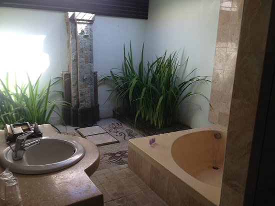 Tonys Villas & Resort : Semi-outdoor bathroom