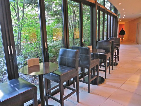 Hyatt Regency Hakone Resort and Spa: Sitting area to enjoy your wine and the scenery