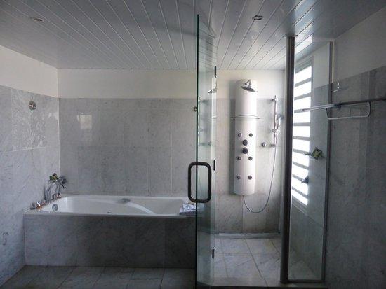 L'Escapade Island Resort: Part of the Bathroom