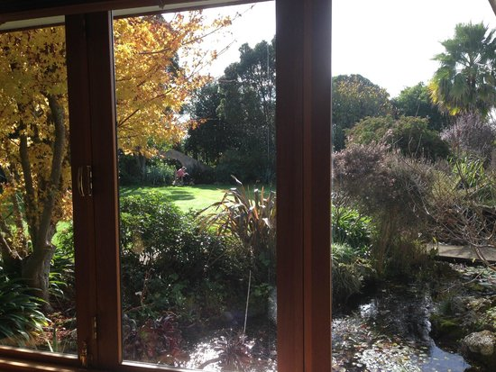 Moon Gate Villa: Garden view from window of the Premium Suite.