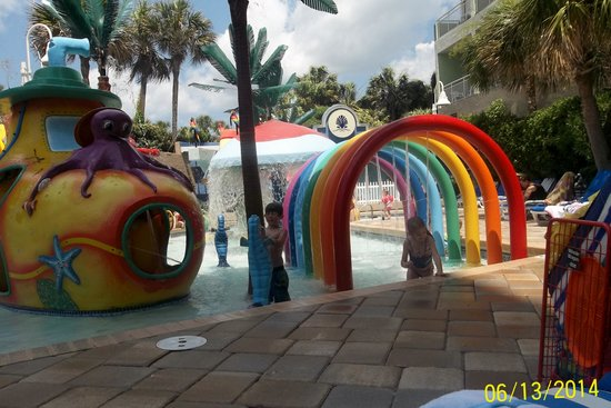 Coral Beach Resort & Suites : The kids LOVED the water play area!