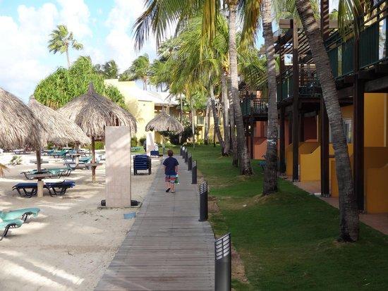 Tamarijn Aruba All Inclusive: A la derecha de la pasarela las habitaciones, a la izquierda el mar.