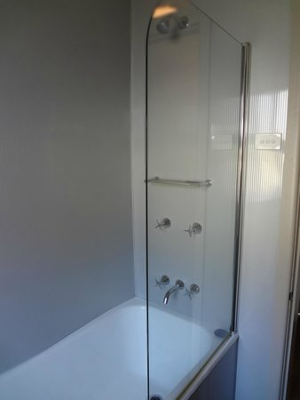 Q Station Sydney Harbour National Park Hotel: Private bathroom ... but in an adjoining block for Heritage suites in P1
