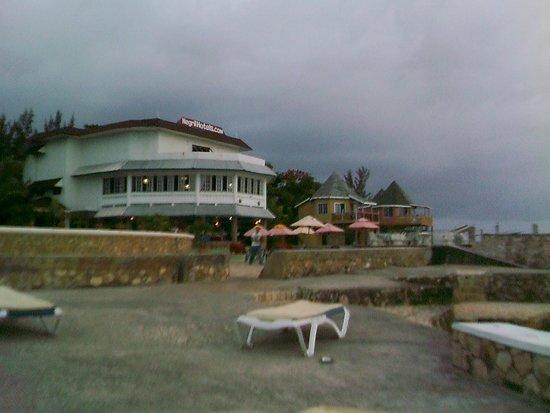 Samsara Cliffs Resort: Dining with an ocean view