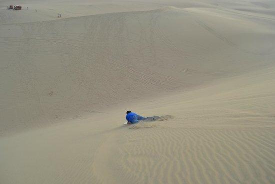 Viajes Paracas : Mi esposo..el primero en arriesgarse en lanzarse en la tabla...