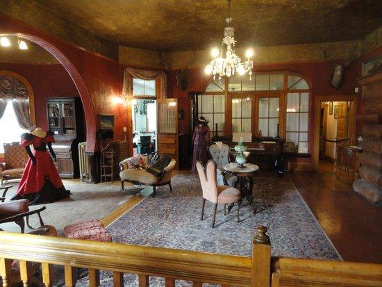 Miramont Castle Museum: Parlor