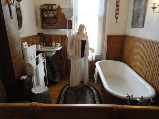 Miramont Castle Museum: Modern bath