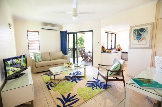 Freestyle Resort Port Douglas: Living area, Kitchen & Patio