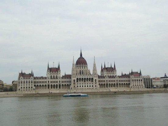 Parlement : Frente al Hotel