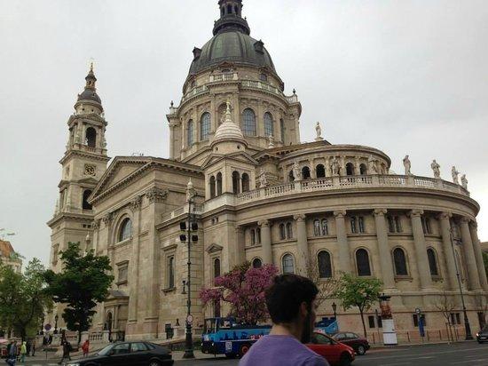 St. Stephen's Basilica (Szent Istvan Bazilika): LAteral frente a la Avenida