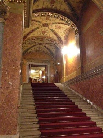 Hungarian State Opera House (Magyar Allami Operahaz) : escaleras a butacas