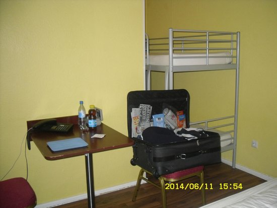 Alecsa Hotel am Olympiastadion: Small table and chairs, bunk beds