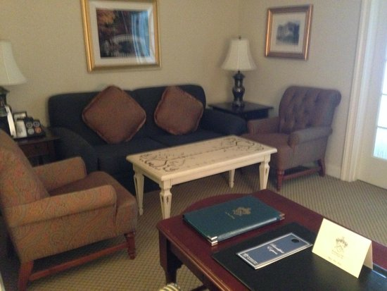 Washington Duke Inn & Golf Club : Sitting room and desk area of suite