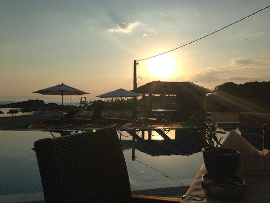 Almira Hotel: Вид на терасе. Закат.
