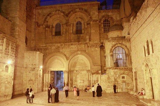 Église du Saint-Sépulcre (Jérusalem) : Entrance