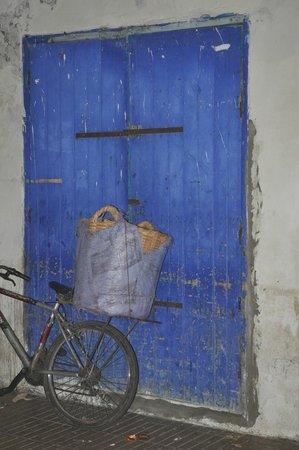 Essaouira Beach: Bike against the blue door