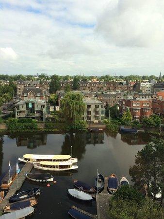 Hilton Amsterdam: Canal e vista a partir do Hilton Amsterdã