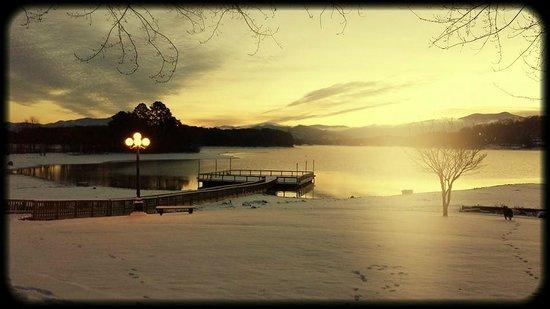 Ridges Resort & Marina : Where the mountains and lake meet