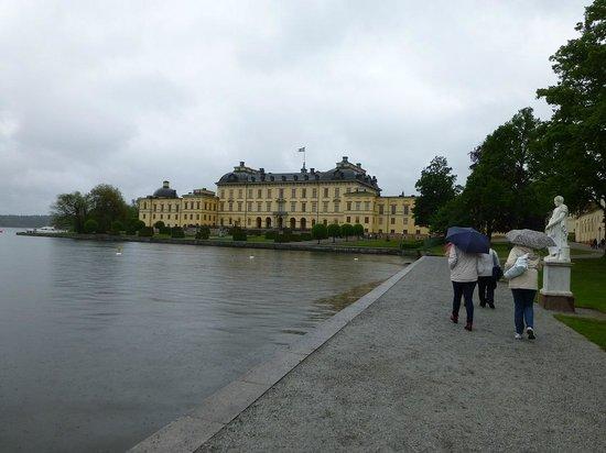 Drottningholm Palace : 船着き場から宮殿が見えます.