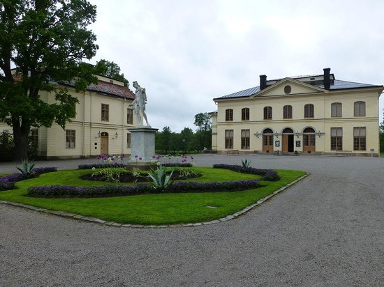 Drottningholm Palace: 右手が宮廷劇場です.