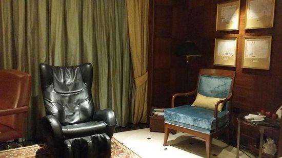 ITC Maurya, New Delhi: massage chair